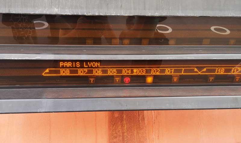 tableau affichage voiture quai de la gare